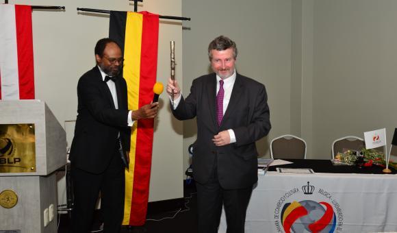 L'Ambassadeur recevant le symbole de chef de la communauté Belge au Pérou.