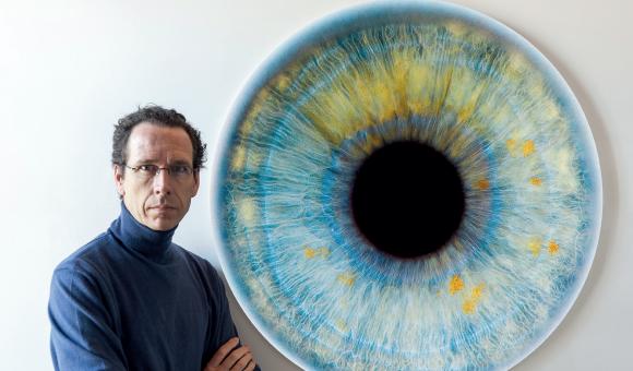 Edouard Janssens van der Maelen et une de ses oeuvres, issue de la série « Windows to the Soul »