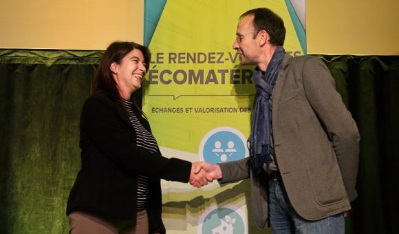 Claire Sirois, directrice du Créneau Écoconstruction, et Hervé-Jacques Poskin, directeur du Cluster Éco-Construction de Wallonie, lors de la signature de l'entente de partenariat, qui a eu lieu dans le cadre du Rendez-vous des écomatériaux d'Asbestos