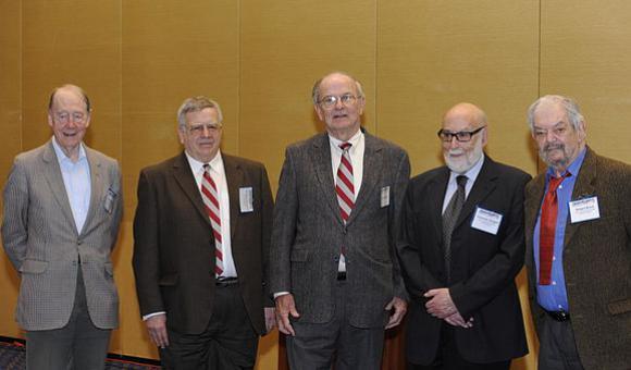 De gauche à droite : Kibble, Guralnik, Hagen, Englert et Brout, en 2010.
