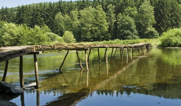 Le Pont de Claies du village de Laforêt, reconstruit chaque année à la belle saison (c) WBT-JPRemy
