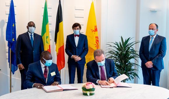 Signature des intentions en avril 2021 en présence du Président du Sénégal, Macky Sall, du Ministre-Président du Gouvernement wallon, Elio Di Rupo et du Ministre de l'Economie Willy Borsus