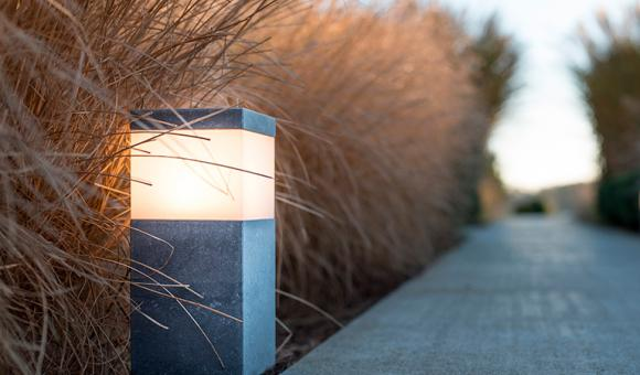 ALLIAGE 3 Effi lé, l'Alliage 3 s'harmonisera parfaitement avec les allées et chemins, accompagnant l'invité à nous rejoindre, assurant le pas du visiteur. Le jour, il se fait discret, se fondant dans le paysage qui l'entoure pour s'éveiller le soir venu et diffuser sa lumière bienveillante. Dimensions / 108/108/250 mm Matériaux / Pierre bleue / inox / plexiglas