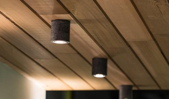 TYPO Petit, discret, charmant, Typo est un spot apparent idéal pour les terrasses couvertes, les coins confortables et douillets, les cuisines extérieures ou les retours de toiture. Dans tous les cas, il aime se dédoubler pour renforcer l'intimité et le bienêtre chez soi. Dimensions / ø 76/100 mm Matériaux / Pierre bleue / alu