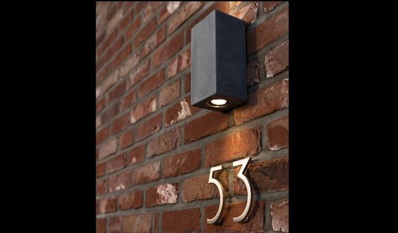SOBRIO DOWN Dessinée en toute simplicité, cette brique de pierre bleue fait un clin d'oeil aux seuils de portes et tablettes de fenêtres de maison. Elle trouve sa place élégamment sur les murs de la salle à manger, dans la cage d'escalier ou naturellement sur une façade extérieure. Son éclairage vers le bas illumine objets de déco ou endroits de passage. Dimensions / 80/100/150 mm Matériaux / Pierre bleue / inox