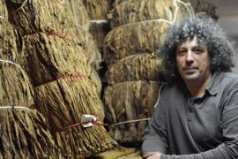 Vincent Manil est propriétaire et conservateur du Musée du tabac de la Semois à Corbion.